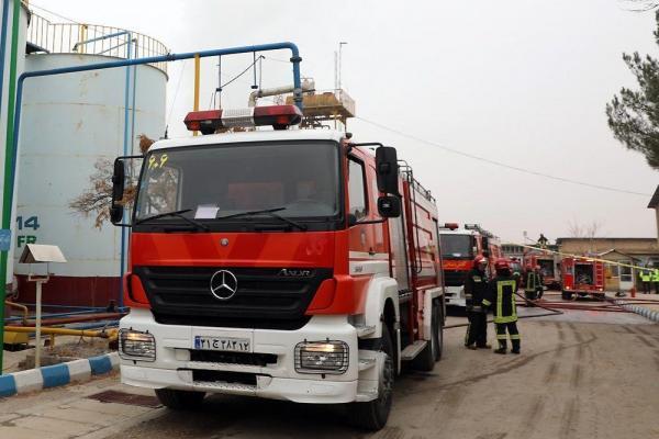 خبرنگاران آتش سوزی سنگین کارخانه تولید مشتقات نفتی در مشهد مهار شد